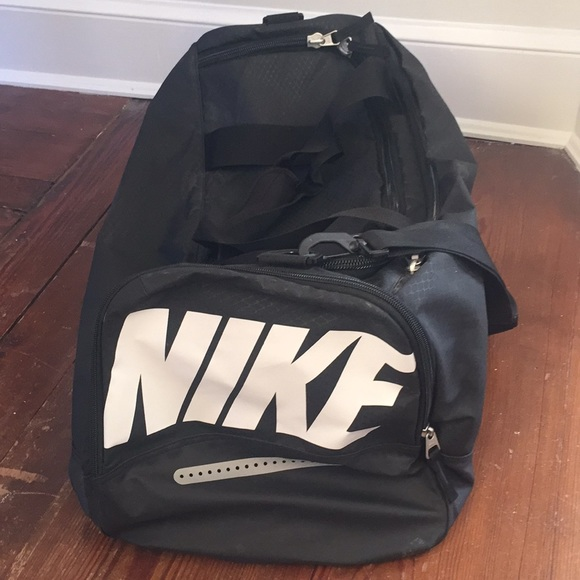Nike Team Training Max Air Large Duffel. M 5a44064c8290af16970a0c84 a5b85d4e45d61